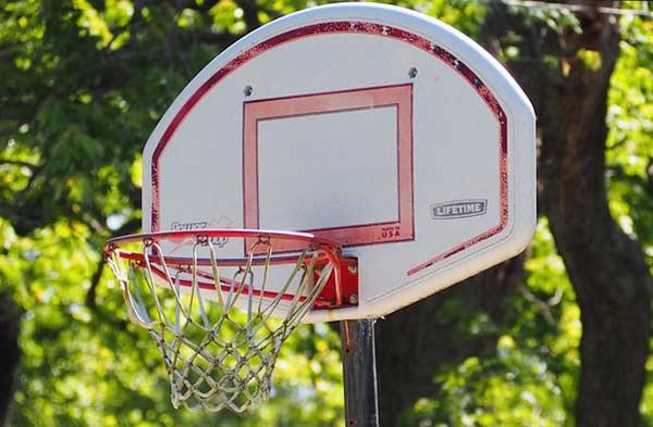 Ein Outdoor Basketballkorb und ein guter Basketball sorgt für Fitness und Bewegung